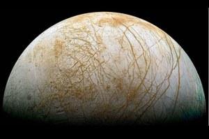 Na powierzchnię jednego z księżyców Jowisza może wypływać woda?