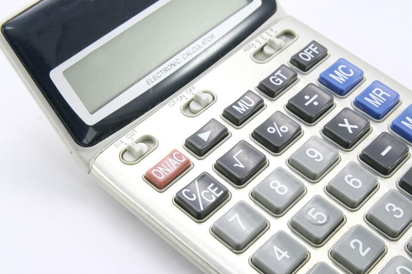 Na pozór zwykły kalkulator, może skrywać wiele więcej /123RF/PICSEL