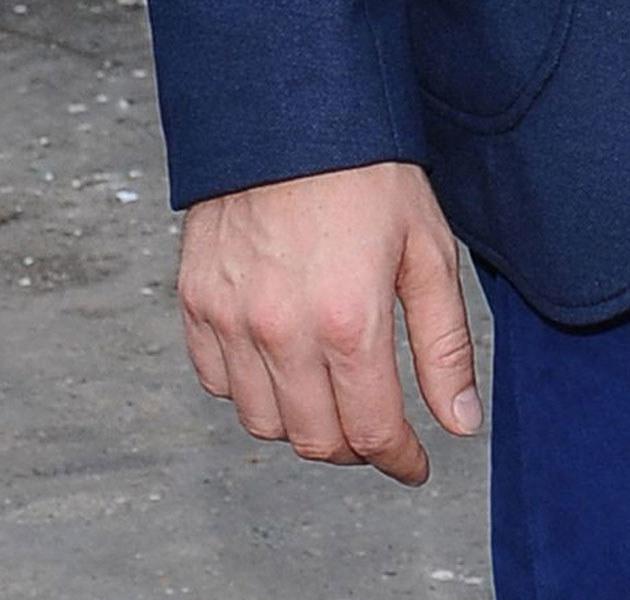 Na prawej ręce aktora próżno szukać obrączki /Andras Szilagyi /MWMedia