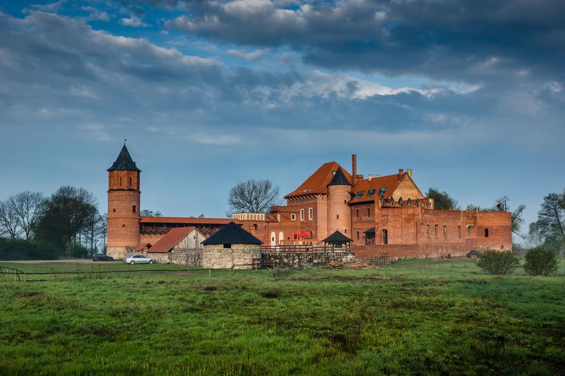 Na prawym brzegu Narwi położony jest zamek królewski z XV wieku /123RF/PICSEL