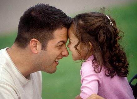 Na problemy żołądkowe dziecka najlepszy jest ruch na świeżym powietrzu /ThetaXstock
