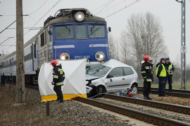 Na przejeździe kolejowym w Pobiedziskach koło Poznania doszło do wypadku samochodu osobowego z pociągiem ICC Poznań - Olsztyn /Jakub Kaczmarczyk /PAP