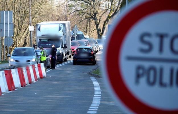 Na przejściach granicznych utworzyły się wielogodzinne korki / Andrzej Grygiel    /PAP