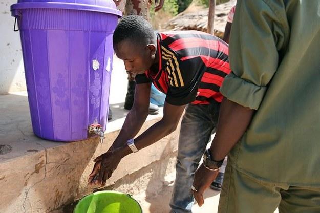 Na przejściu granicznym Gwinei mieszkańcy muszą dezynfekować ręce /TIAGO PETINGA /PAP/EPA