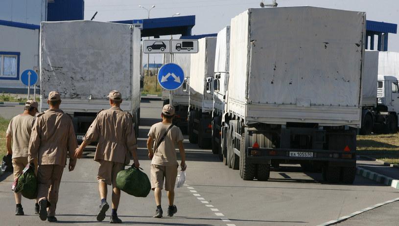 Na przejściu granicznym w Izwarino kierowcy ciężarówek /SERGEY VENIAVSKY /AFP