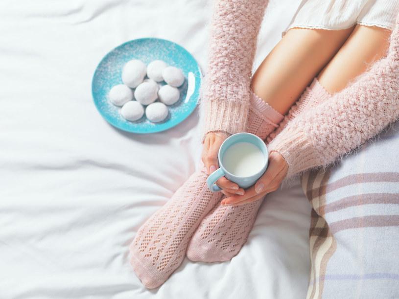 Na przeziębienie pomaga ciepłe mleko z masłem i miodem /123RF/PICSEL