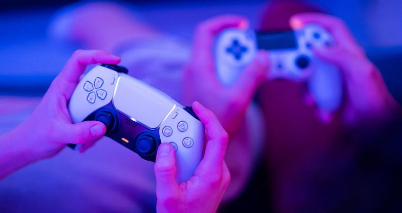 Na PS5 na razie nie ma zbyt wielu tytułów, ale nic nie stoi na przeszkodzie, by poratować się tytułami z poprzedniej generacji /123RF/PICSEL