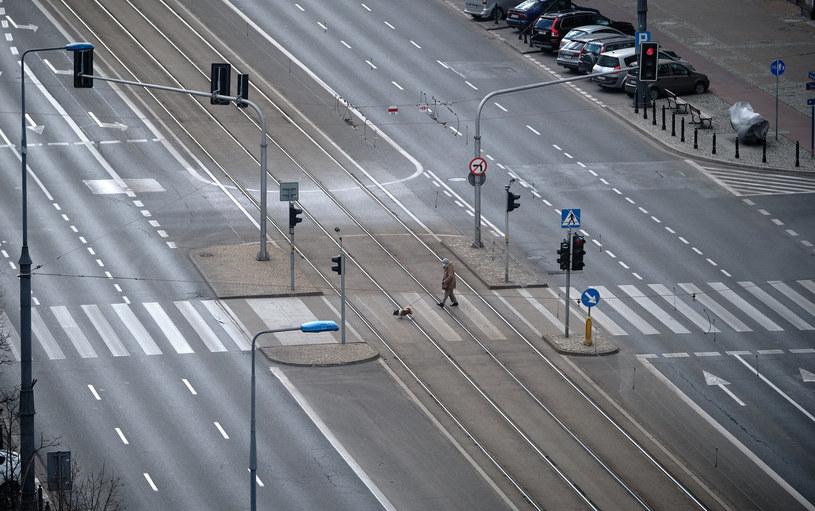 Na pustych drogach nie dochodzi do wypadków. Co z OC? /Bartosz Krupa /East News