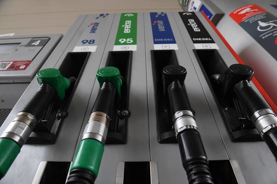 Na razie ceny paliw na stacjach benzynowych raczej przestaną spadać i powinny utrzymać się na obecnym poziomie - prognozują analitycy /Jacek Turczyk /PAP