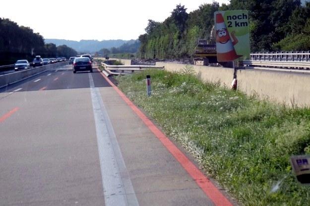Na remontowanych odcinkach autostrad w Austrii humor kierowców mają poprawić takie oto tablice... /INTERIA.PL