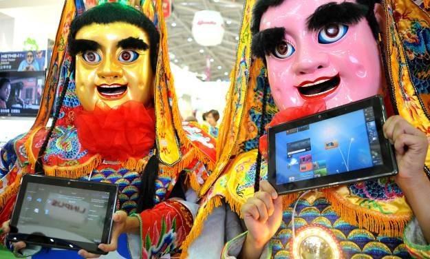 Na rynku pojawia się coraz więcej tabletów - niektóre z nich to tanie, chińskie przeciętniaki /AFP