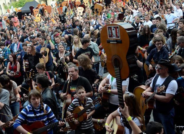 Na Rynku we Wrocławiu zagrało 5601 gitarzystów - fot. Grzegorz Hawałej /PAP