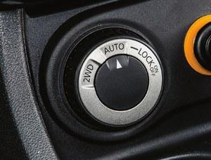 Na rynku występują dwa rodzaje Dusterów – 4x2 oraz 4x4. Te ostatnie mają pokrętło do sterowania pracą międzyosiowego sprzęgła dołączającego napęd na tył, który jest niezawodny. (kliknij, żeby powiększyć) /Motor