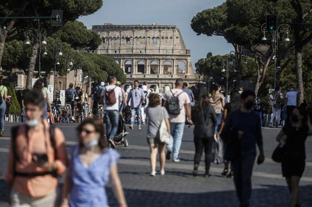 Na rzymskich ulicach widać coraz więcej ludzi /Fabio Frustaci /PAP/EPA