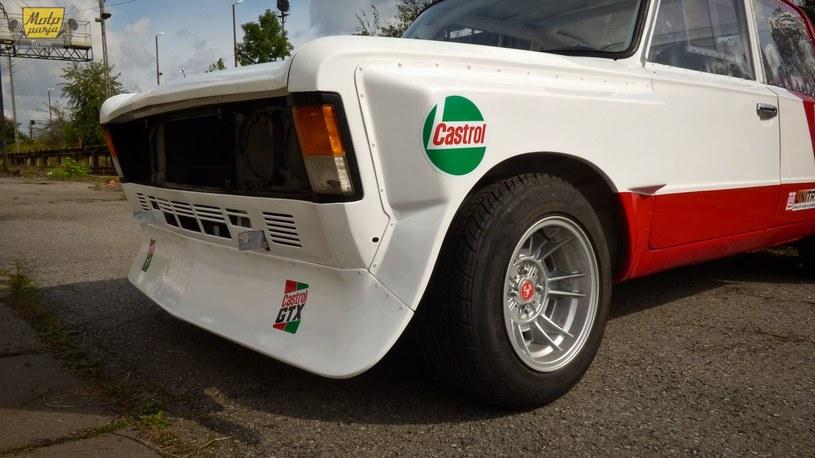 Na samochodzie są reprodukcje naklejek z epoki, lecz brakuje logotypów sponsora... /Moto Pasja Tarnów /archiwum prywatne