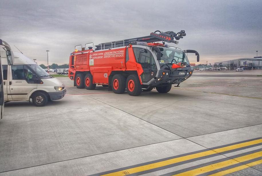 Na samolot czekały wozy straży pożarnej, fot. JPK /Gorąca Linia RMF FM