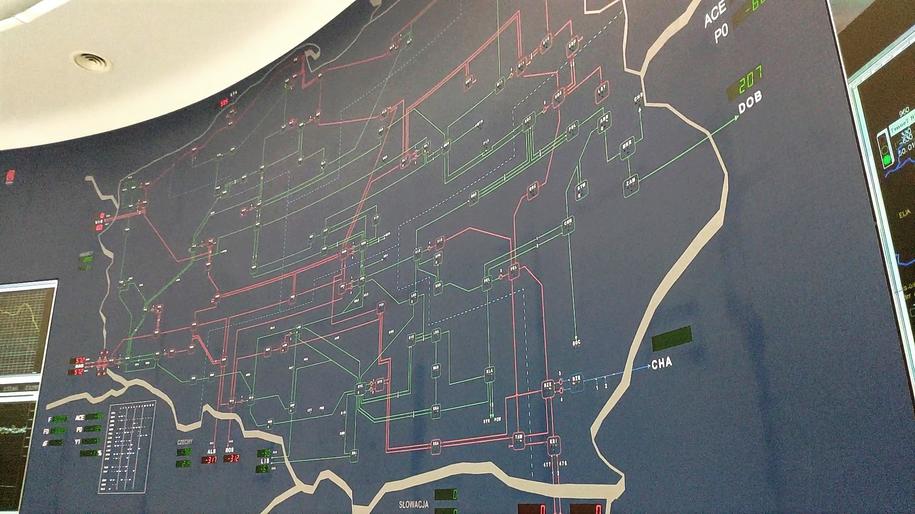 Na ścianie narysowano ogromny zarys granic Polski, zaś przez terytorium zaznaczono mnóstwo czerwonych i zielonych linii /Karol Pawłowicki /RMF FM