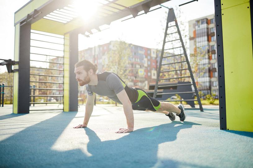 Na siłowni plenerowej najlepsze efekty osiągniemy trenując regularnie i stosując się do tablic informacyjnych /123RF/PICSEL