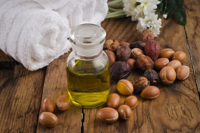 Na słabe, suche, łamliwe włosy doskonałym remedium będzie odżywka, maska albo serum z olejkiem arganowym, które wzmocnią włosy od wewnątrz /123RF/PICSEL