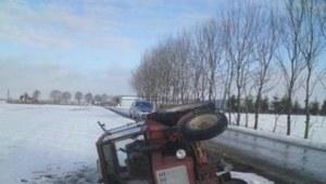 Na śliskiej nawierzchni traktor wpadł w poślizg i wleciał do rowu