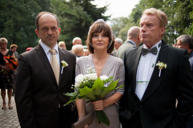 Na ślubie nie zabraknie rodziców Maksa. Gustaw (Daniel Olbrychski) pogodzi się z Alicją i Leonem (Jacek Koman). /TVN