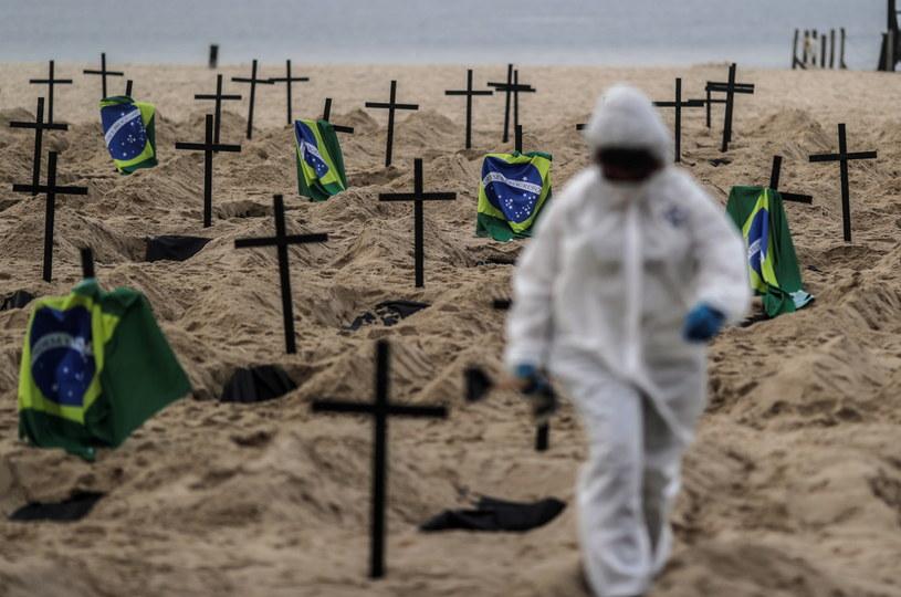 Na słynnej plaży Copacabana w Brazylii ustawiono 100 krzyży /Antonio Lacerda /PAP/EPA