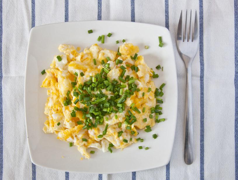 Na śniadanie przygotuj jajecznicę z łososiem /123RF/PICSEL