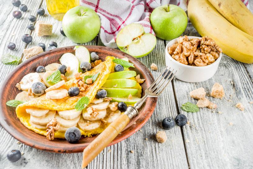 Na śniadanie zjedz omlet z owocami /123RF/PICSEL