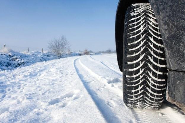 Na śniegu opona całoroczna nie ma szans w starciu z zimową /