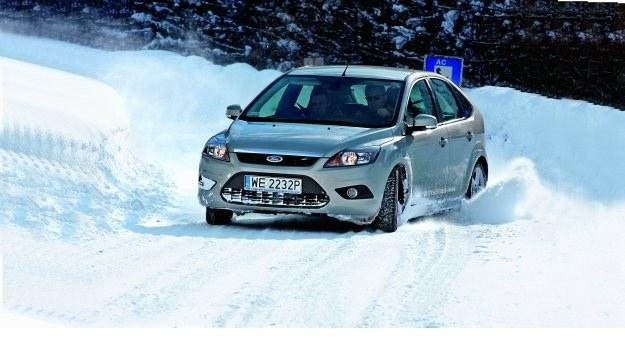Na śniegu znacznie łatwiej o poślizg, ale wcale nie musi on oznaczać zagrożenia bezpieczeństwa. /Motor