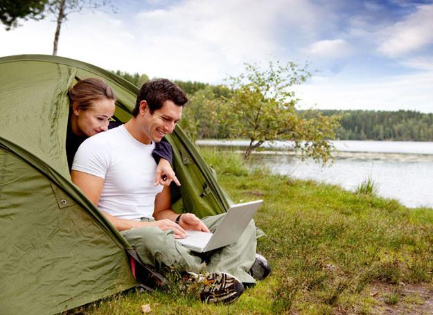 Na spacer w takie okolice warto więc wkładać długie spodnie i koszulę z długimi rękawami /123RF/PICSEL