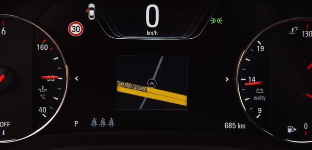 Na środku dużego ekranu można m.in. wyświetlić mapę. Nie wiadomo jednak, czemu jest tak bardzo mała. /Motor