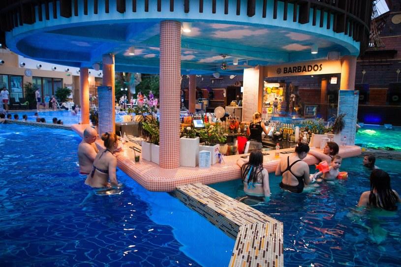 Na środku jednego z wewnętrznych basenów znajduje się drink bar /Andrzej Lange /East News