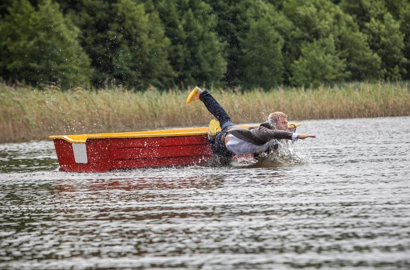 ...na środku jeziora! Do brzegu postanowi dotrzeć wpław. /Mikołaj Tym / Aktiv Media /materiały prasowe
