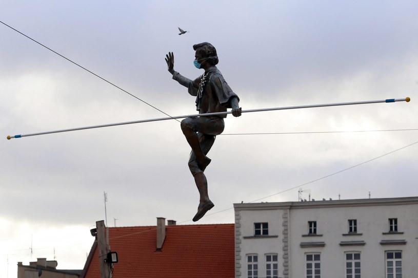 Na Starym Rynku w Częstochowie rozpoczął się montaż balansujących rzeźb Jerzego Kędziory /Waldemar Deska /PAP