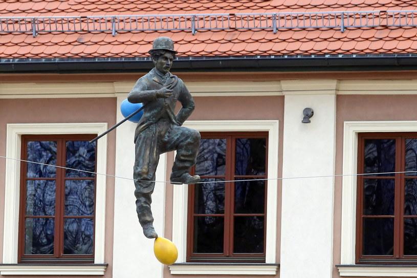 Na Starym Rynku w Częstochowie rozpoczął się montaż balansujących rzeźb Jerzego Kędziory. /Waldemar Deska /PAP