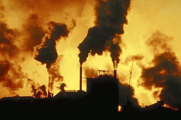 Na stole leżą zmiany w systemie handlu emisjami /© Bauer
