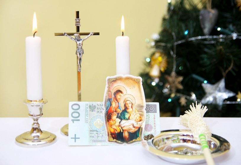 Na stole powinna się znaleźć woda święcona, kropidło, krzyż, zapalona świeca oraz Pismo święte /East News