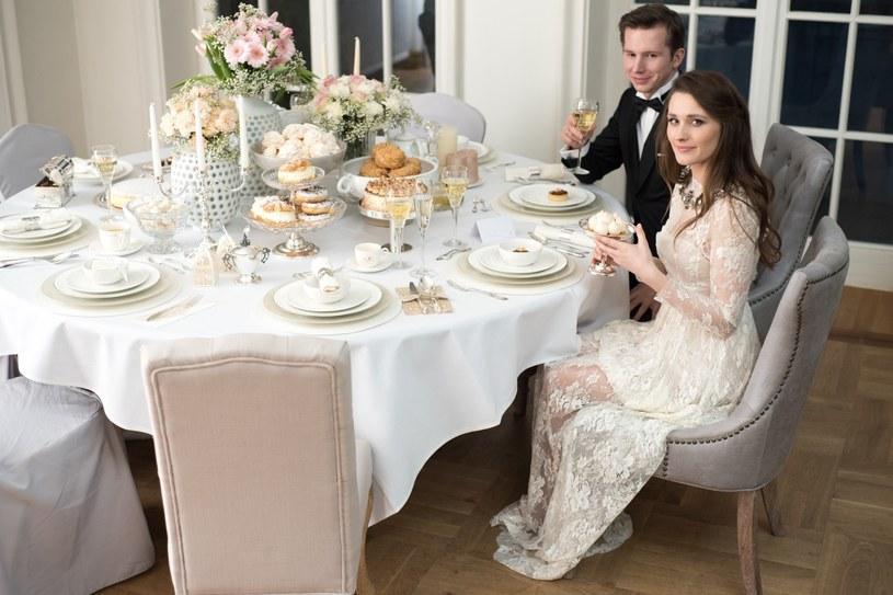 Na stole z pewnością znajdziemy kilka rodzajów sztućców oraz kieliszki i szklanki do wody czy soku /materiały promocyjne