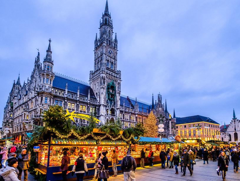 Na straganach królują bożonarodzeniowe ozdoby, bawarskie rękodzieło, a także lokalne smakołyki. Można również napić się grzanego wina /123RF/PICSEL