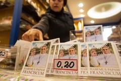 Na straganach w Watykanie są już pierwsze kartki z papieżem Franciszkiem