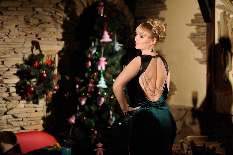 Na świąteczny czas zrezygnuj z sukienki mocno odsłaniającej plecy /123RF/PICSEL