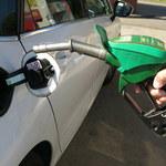 Na świecie tanieje ropa. A w Polsce drożejące paliwa podbijają inflację