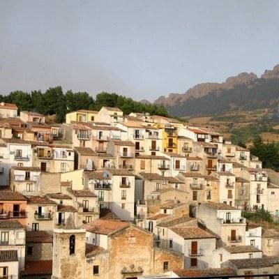 Na Sycylii można nabyć cztery kąty już od 520 euro za metr /AFP