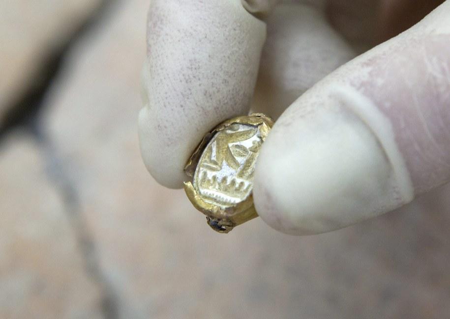 Na sygnecie widnieje wygrawerowane imię Seti I - należące do faraona z epoki brązu /JIM HOLLANDER    /PAP/EPA