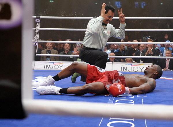 Na szczęście rzadko trafiają się ringowi oszuści /AFP