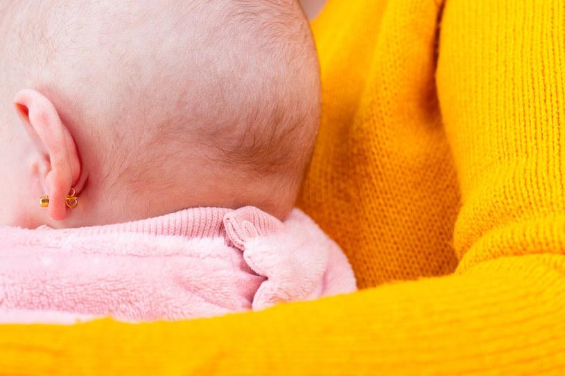 Na szczęście większość rodzciów nie przebija dzieciom uszów /123RF/PICSEL