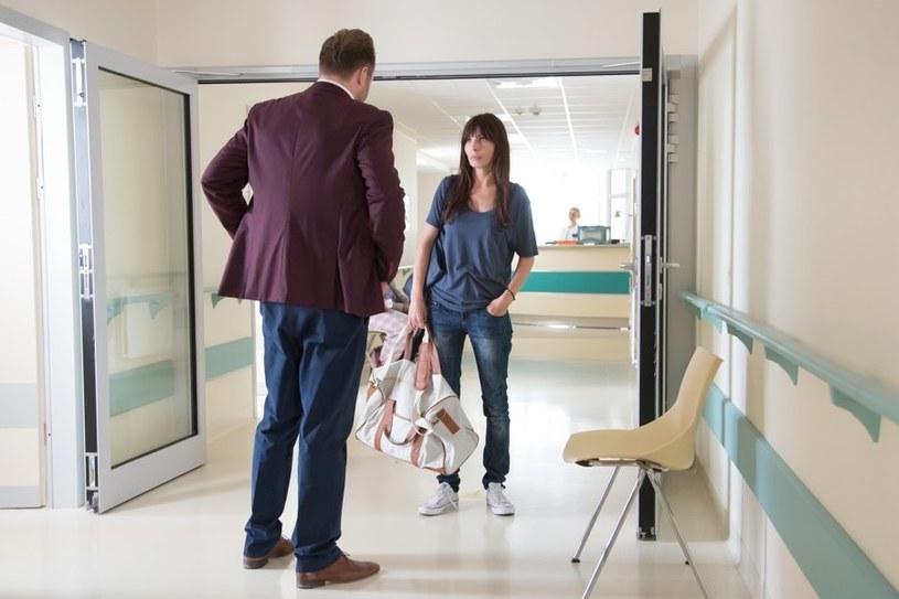 Na szpitalnym korytarzu Marek zacznie się zastanawiać nad przyszłością swoją i Agaty... /Agencja W. Impact