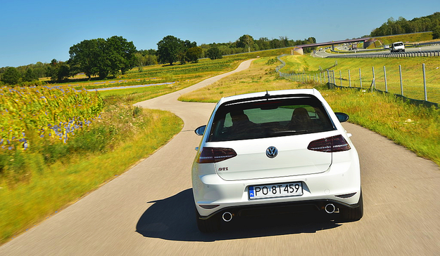 Na szybko przejeżdżanych zakrętach Clubsport czuje się jeszcze lepiej niż na autostradzie. /Motor