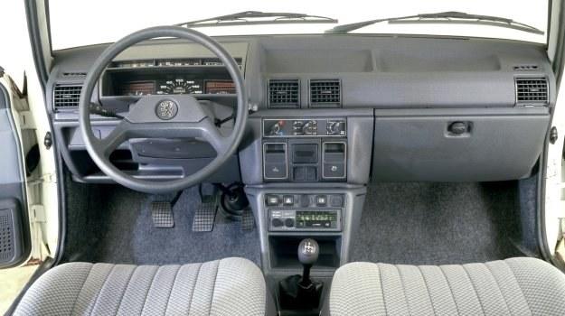 Na tablicy przyrządów coraz częściej pojawia się, oprócz zamykanego schowka, również i półka na drobne przedmioty. /Peugeot